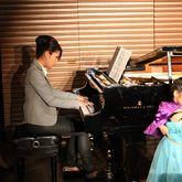 母親もピアノ
